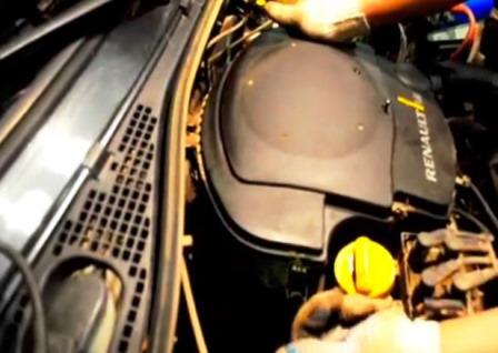 Снимаем защелки на крышке воздушного фильтра на Renault Logan