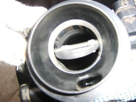 Поворачиваем клапан и чистим дроссельную заслонку Renault Logan