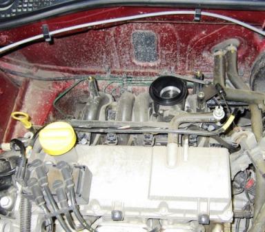 Снятый корпус воздушного фильтра на Renault Logan