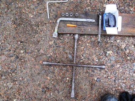 Необходимый инструмент для замены задних тормозных колодок Toyota Corolla E12