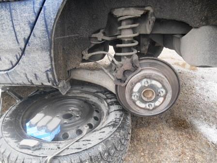 Осматриваем задние колодки и тормозной диск на Toyota Corolla E12