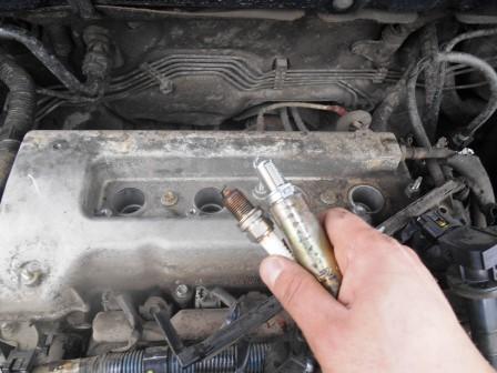Сравниваем старую и новую свечи зажигания Toyota Corolla E12
