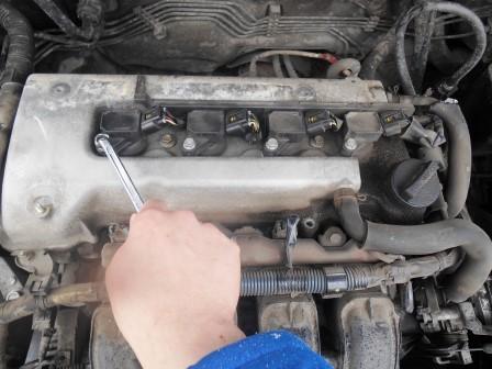 Откручиваем левую катушку зажигания Toyota Corolla E12
