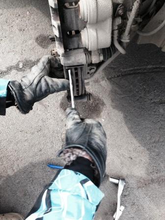 Снимаем старые тормозные колодки на Mitsubishi Outlander XL