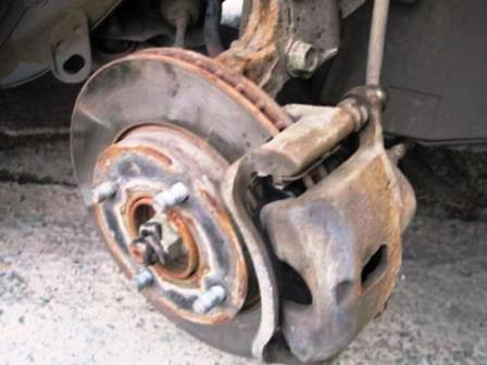 Снятое переднее колесо на Nissan Tiida