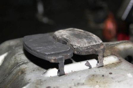 Старая и новая тормозная колодка на Nissan Tiida
