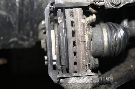 Смотрим на старые колодки на Nissan Tiida