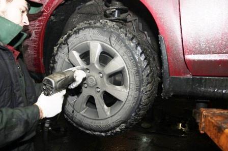 Откручиваем переднее колесо на Nissan Tiida