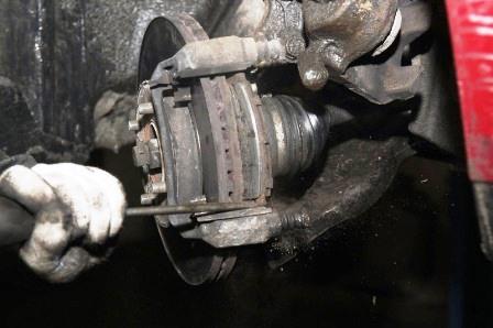 Снимаем старые передние тормозные колодки на Nissan Tiida