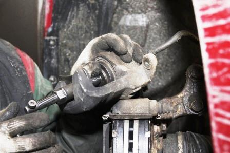 Вдавливаем тормозной цилиндр на Nissan Tiida