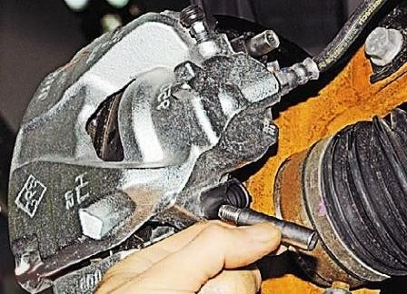 Снимаем направляющие с суппорта Renault Duster 2.0