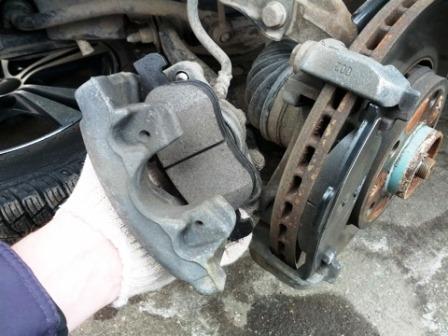 Вставляем новые передние тормозные колодки Renault Duster 2.0