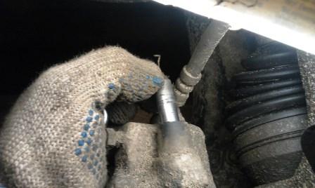Вытаскиваем направляющие тормозного суппорта Volkswagen Polo Sedan