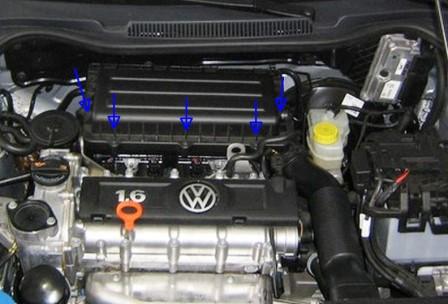 Откручиваем 5 саморезов на крышке воздушного фильтра Volkswagen Polo Sedan