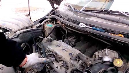 Вытаскиваем катушки зажигания Nissan Tiida