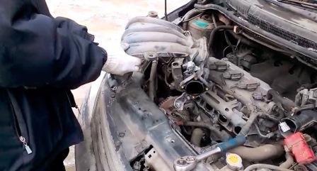 Снимаем коллектор и кладем в левую часть Nissan Tiida