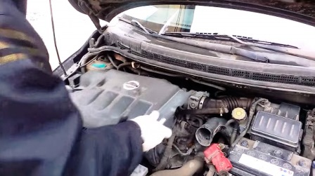 Снимаем накладку на двигатель Nissan Tiida