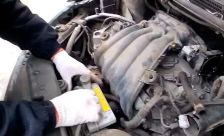 Снимаем расширительный бачок Nissan Tiida