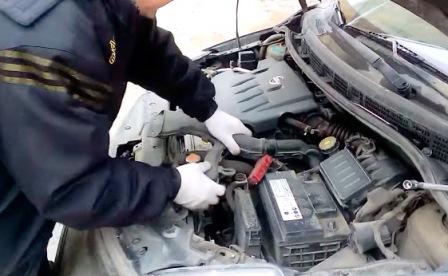 Снимаем воздухозаборник на Nissan Tiida