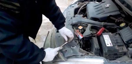 Снимаем заклепки воздухозаборника на Nissan Tiida