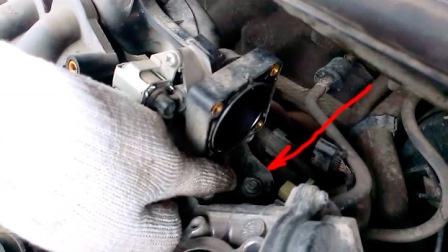 Снимаем заслонку и откручиваем болт за ним Nissan Tiida
