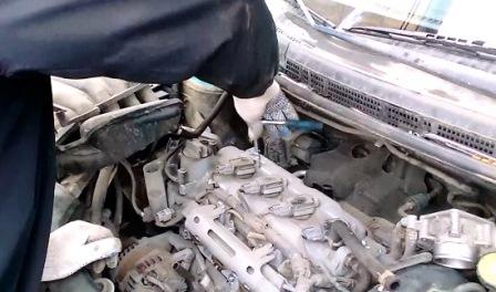 Ключом на 10 откручиваем катушки зажигания Nissan Tiida