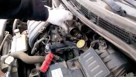 Откручиваем дроссельную заслонку Nissan Tiida