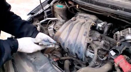 Откручиваем еще 3 болта в нижней части Nissan Tiida