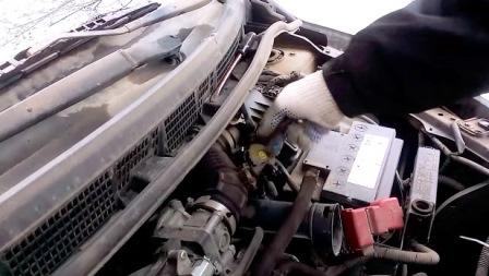 Откручиваем резиновую гофру от дроссельной заслонки Nissan Tiida
