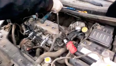 Свечным ключом на 14 откручиваем свечи зажигания Nissan Tiida