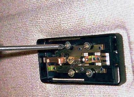 Вытаскиваем лампу и откручиваем болты крепления плафона ВАЗ 2114