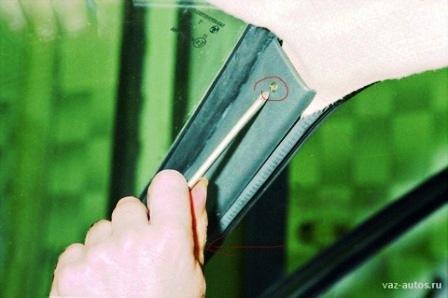 Откручиваем болты крепления передних пластмассовых стоек