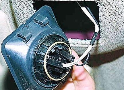 Аккуратно отсоединяем провода ВАЗ 2114