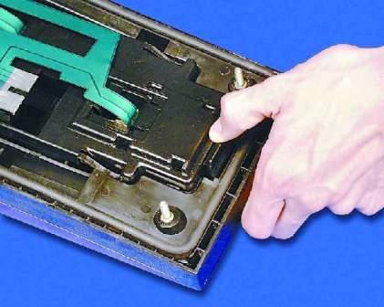 Вынимаем ламподержатель из корпуса фары ВАЗ 2113