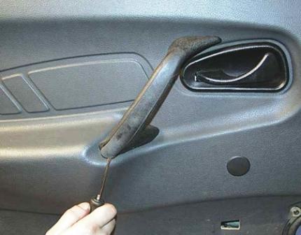 Снимаем накладку ручки передней двери ВАЗ 2115