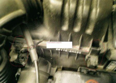 Отсоедините защелки короба воздушного фильтра Kia Ceed
