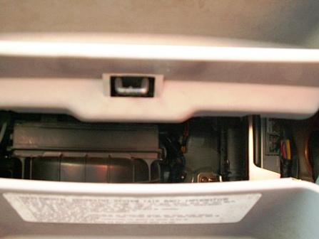 Снимаем крышку короба и проводим замену салонного фильтра Kia Picanto