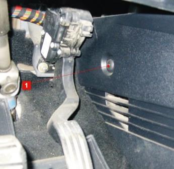 Откручиваем декоративную накладку Ford Fiesta V