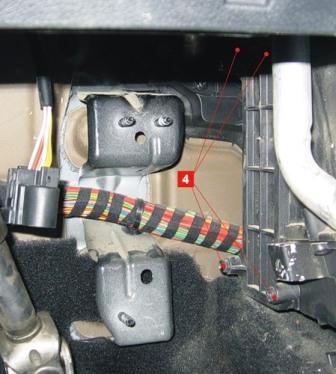 Снимаем крышку короба салонного фильтра Ford Fiesta V