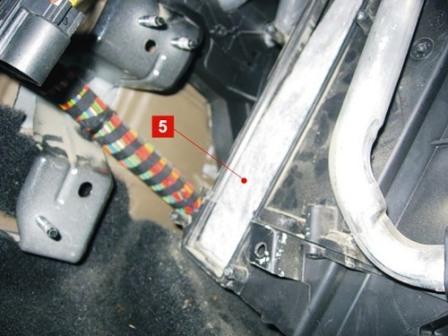 Вынимаем салонный фильтр Ford Fiesta V