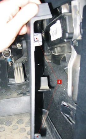 Снимаем защелки крепления декоративной панели Ford Fiesta V