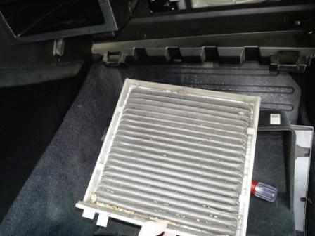 Достаем салонный фильтр Subaru Legacy