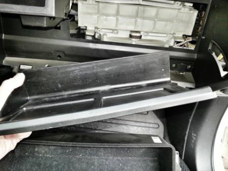 Снимаем полку в бардачке Subaru Legacy