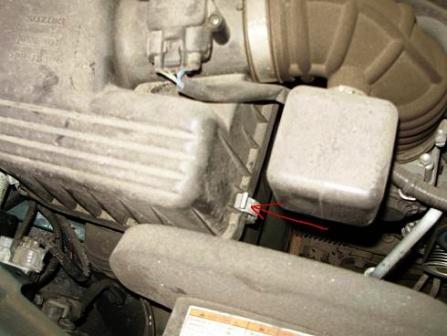 Отщелкиваем крепления крышки корпуса воздушного фильтра Suzuki Grand Vitara
