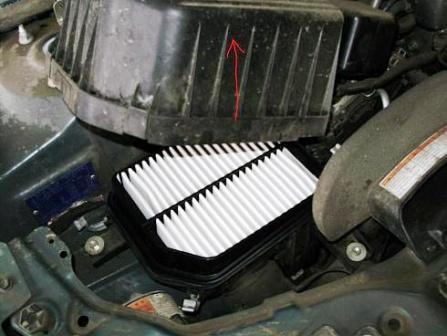 Вынимаем воздушный фильтр Suzuki Grand Vitara