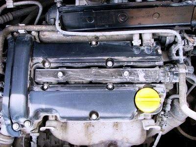 За крышкой видим катушки зажигания на Opel Corsa D