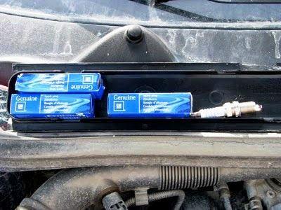 Закручиваем новые свечи зажигания Opel Corsa D