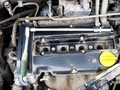 С помощью ключа откручиваем свечи зажигания Opel Corsa D
