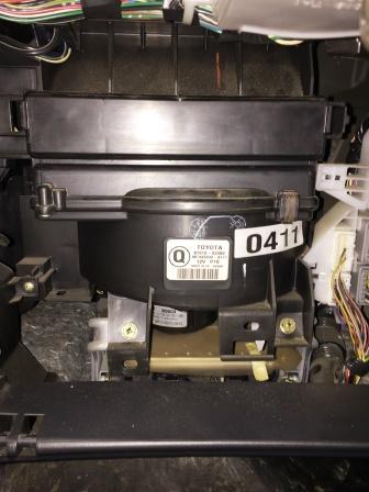 Закрываем крышку салонного фильтра Toyota Corolla E120