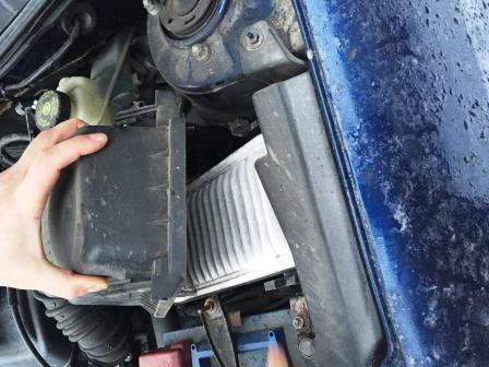 Вытаскиваем старый и вставляем новый воздушный фильтр Corolla 120